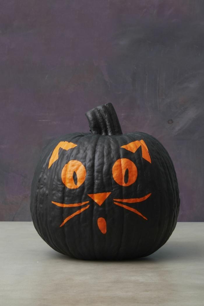 Kürbis als schwarze Katze zu Halloween dekorieren, lustige Bastelideen für Groß und Klein