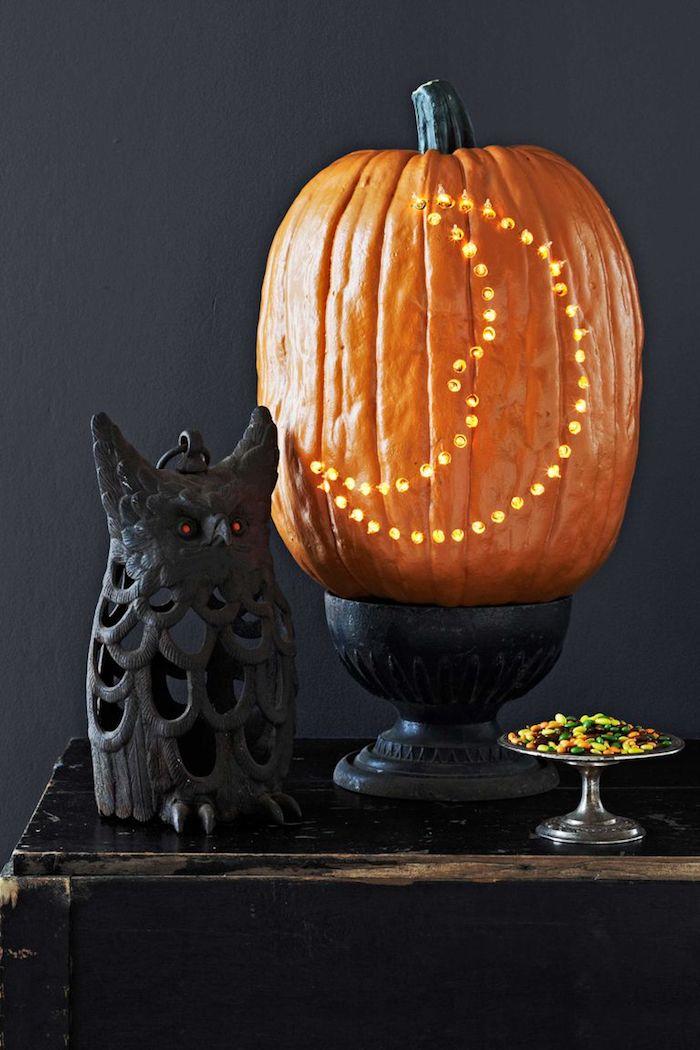 Kleine Löcher in Kürbis bohren, Mond schnitzen, Halloween Dekoration, schwarzer Uhu