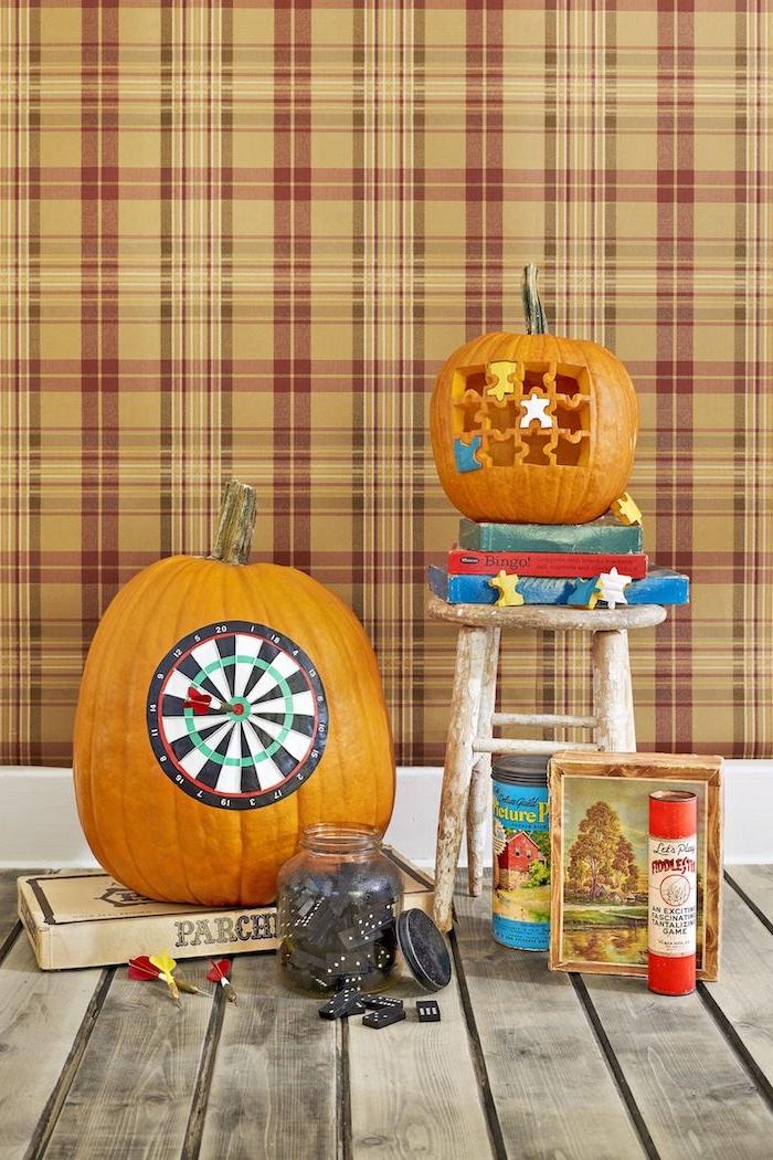 Puzzle am Kürbis schnitzen, Darts und andere Brettspiele, Spaß für Kinder zu Halloween