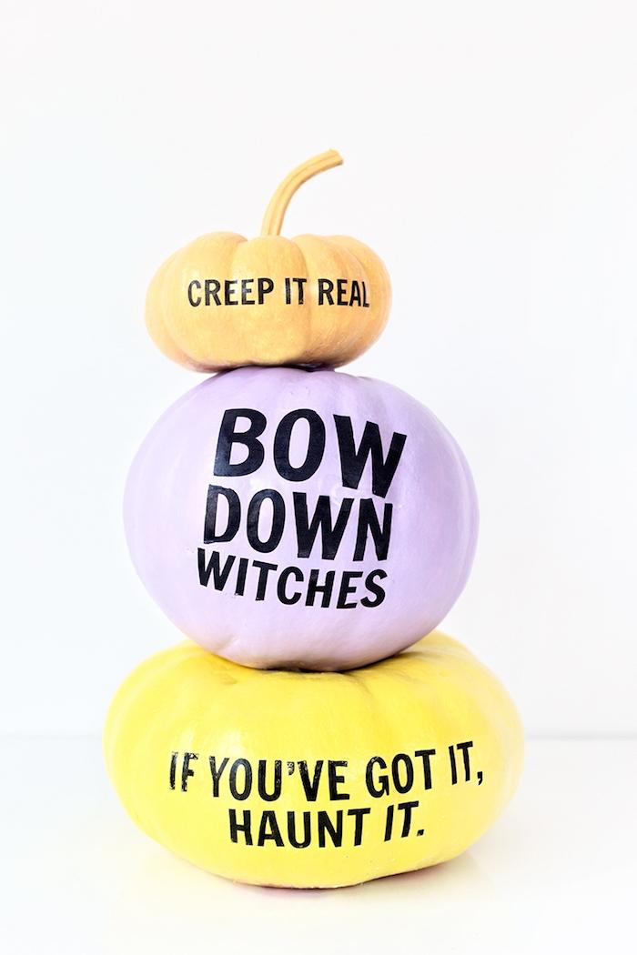Drei Halloween Kürbisse in verschiedenen Größen und Farben, mit lustigen Aufklebern dekoriert