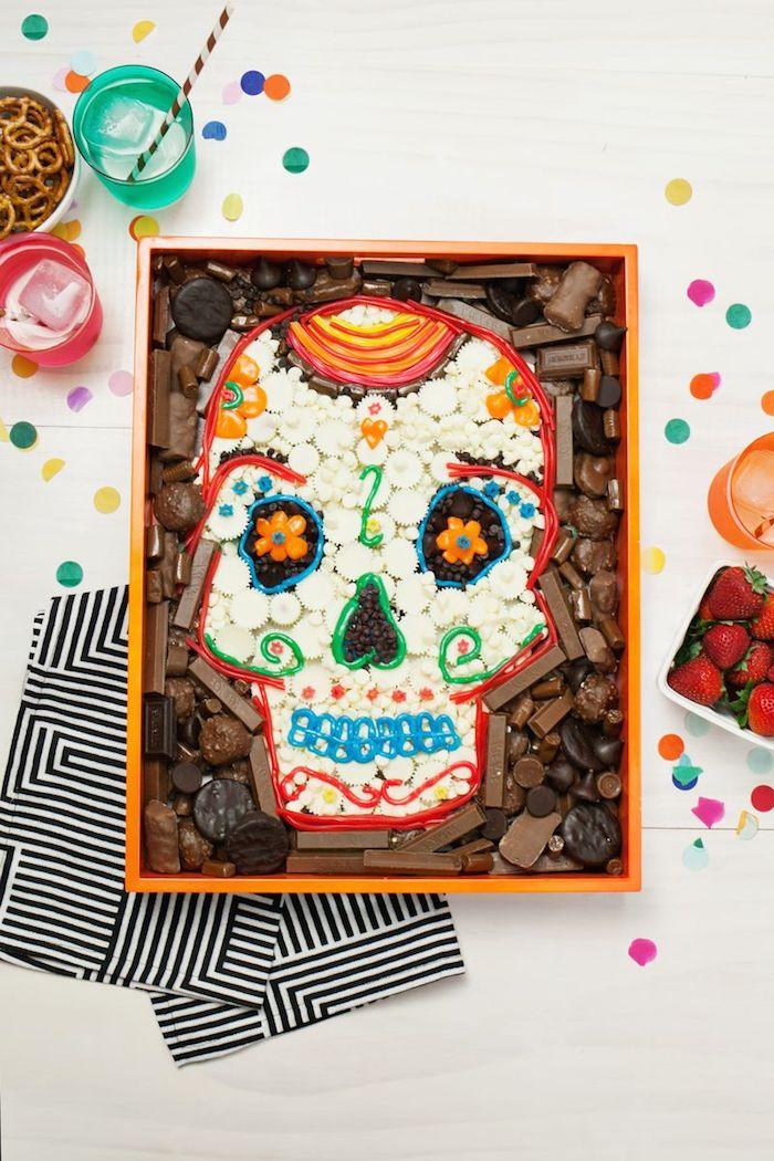 Halloween Dessert selber vorbereiten, Schädel aus Pralinen und Marshmallows, Mini Brezeln und Erdbeeren