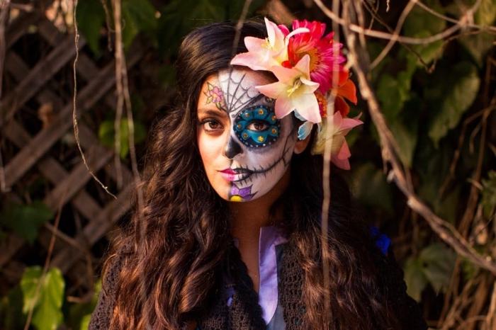 maxikanischer schädel, halber gesicht schminken, halloween make up frauen, blumen
