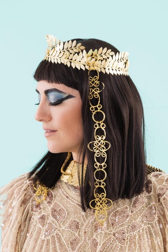 halloween makeup ideen, cleopatra schminken, schulterlange haare mit pony, goldene krone, augen make up