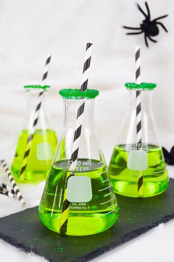 Grüne Halloween Cocktails in Kolben, coole Idee für Halloween Party, große Deko Spinnen