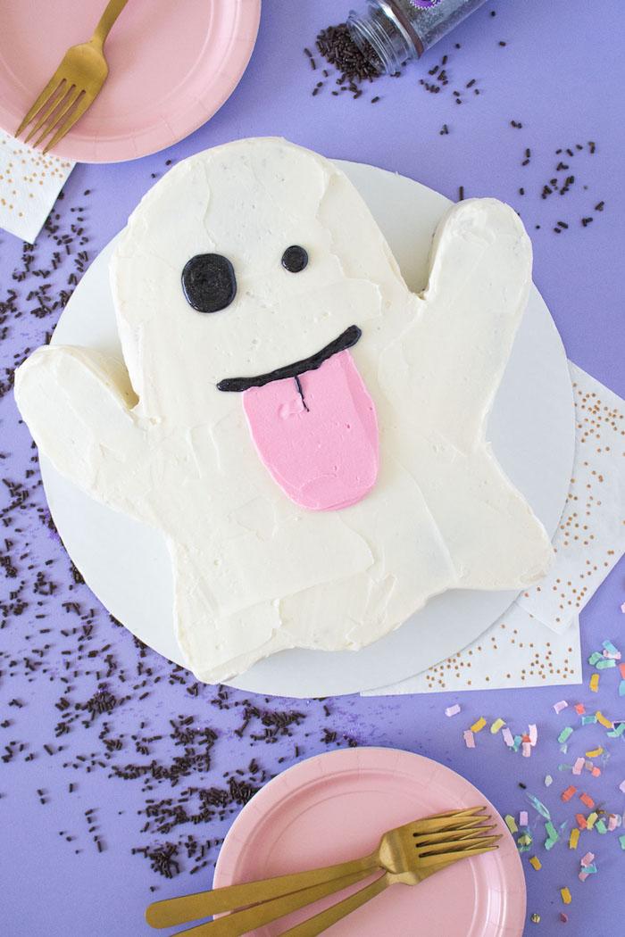 Gespenst Torte selber backen und dekorieren, leckerer und auffälliger Kuchen für Halloween Party