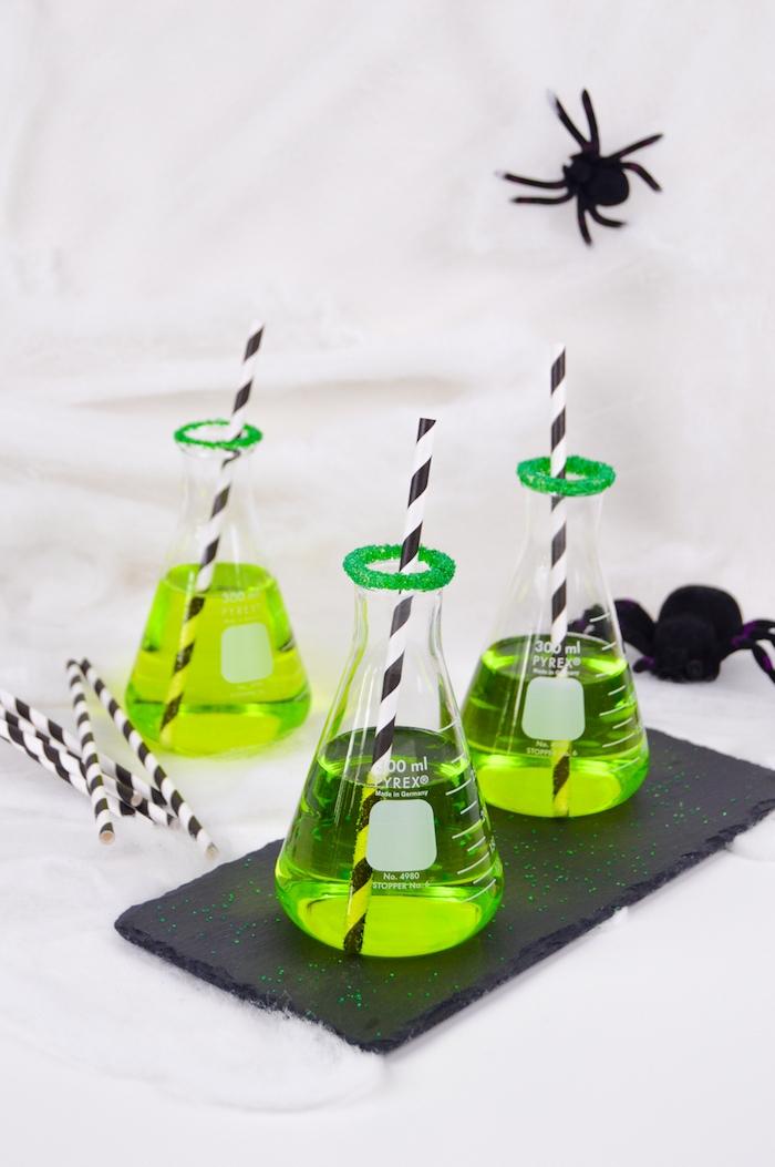 Grüne Cocktails für Halloween Party selber machen, große schwarze Deko Spinnen