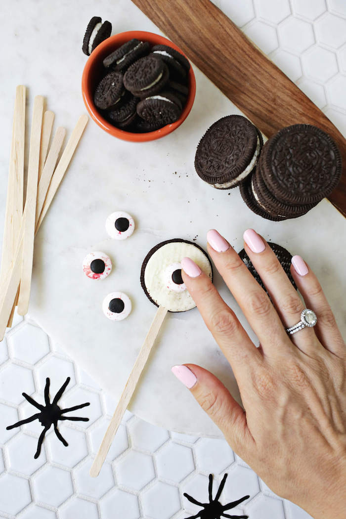 Halloween Tortendeko aus Oreo Keksen und Zuckeraugen selber machen, Idee für gruselige Monster Torte