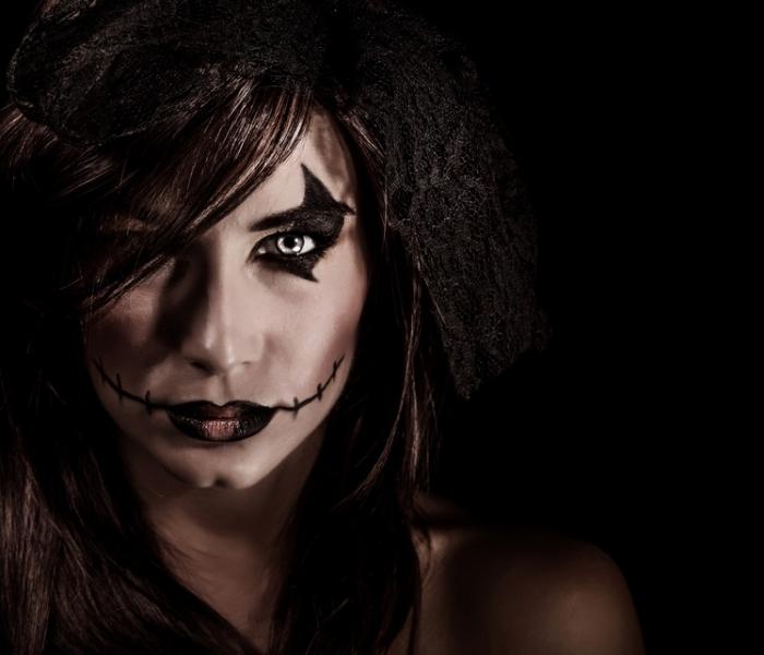 halloween schminken frauen, lockige haare, hexe make up, schwarzer lippenstift