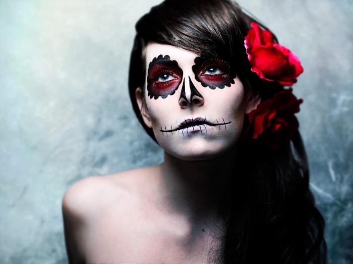 halloween schminken frauen, rote blume, haarfarbe mahagonni, mexikanischer totenkopf schminken
