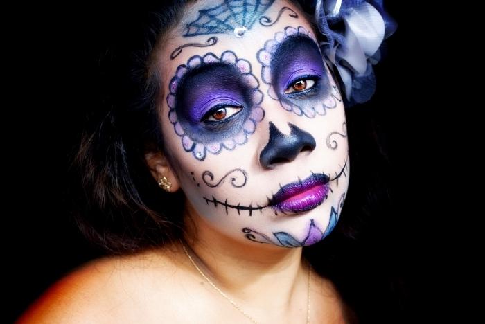 halloween schminkideen für frauen, mexikanischer totenkopf schminken, lila lidschatten, spinnennetz