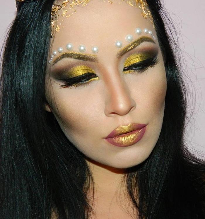 götin make up in gold und orange, halloween schminkideen, weiße perlen, schwarze haare