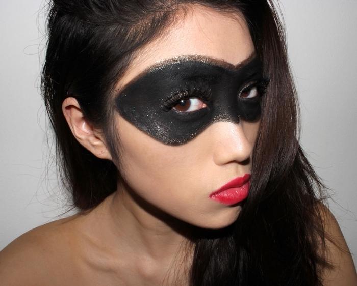 schwarze maske, roter lippenstift, halloween schminkideen, einfach und schnell