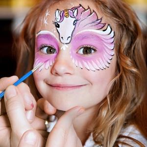 Niedliche und gruselige Vorschläge zum Kinderschminken für Halloween