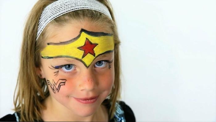 Wonder Woman Schminke, Halloween Kinderschminken Vorlagen von blondem Mädchen mit blauen Augen