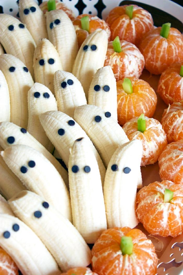 Bananen und Mandarinen wie Gespenster und Kürbisse, gesunde Halloween Desserts aus Obst