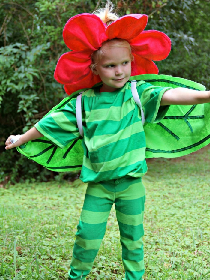 eine kleine Blume in roter Farbe, ein Stangel in grüner Farbe, Kostüm für kleines Mädchen, Last Minute Halloween Kostüm