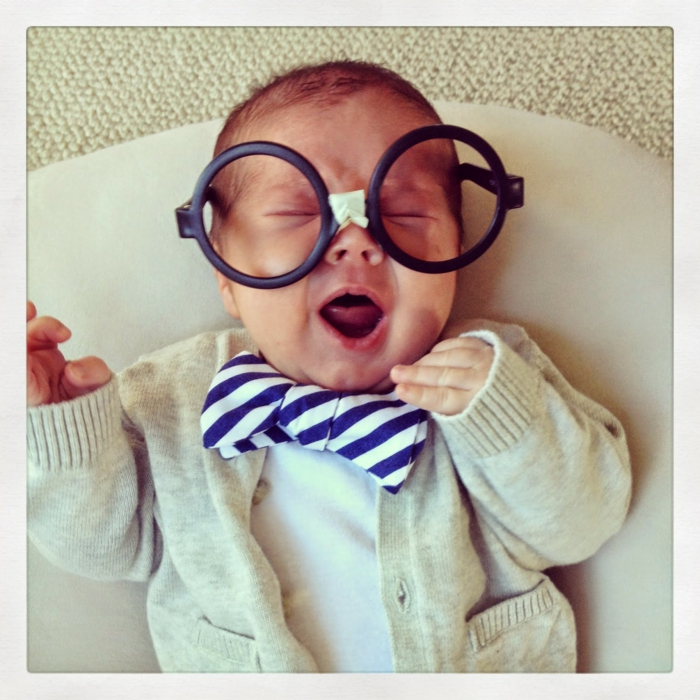 ein niedliches Baby mit großen Brillen und Fliege, Kinderkostüme selber machen für Neugeborene
