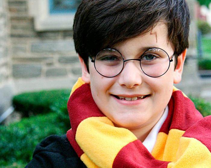 ein kleiner Harry Potter mit Schal, Narbe und Brillen, Kinderkostüme Helloween selber machen
