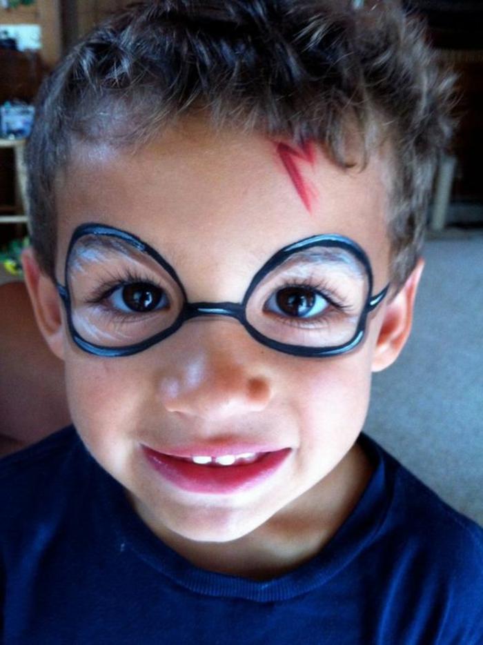 der kleine Junge mit Harry Potter Narbe und bemalte Brillen, Halloween Make up einfach