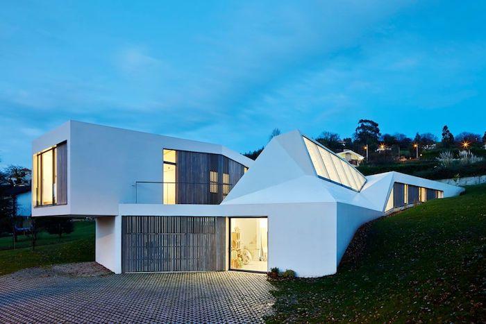 kreatives design, schönes haus mit großem garage, gartengestaltung ideen