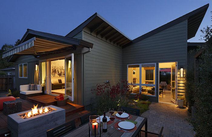 moderne häuser, bild am abend, feuetplatz im garten, schöner tisch, hausgestaltung idee