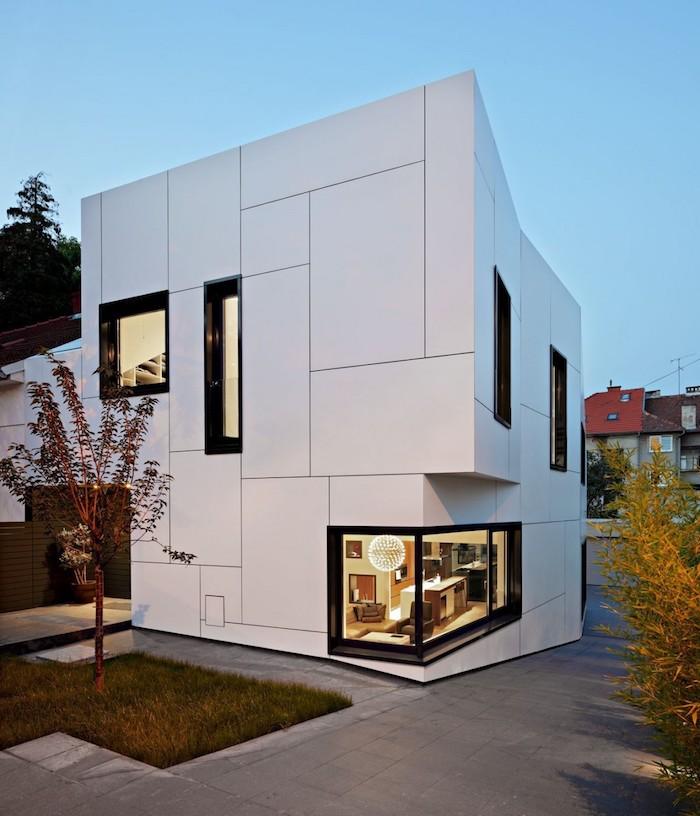 moderne häuser in weißer farbe gestalten, kreatives design, exterieur, fenster, kleiner garten