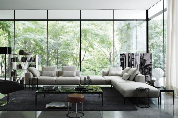 haus einrichten ideen, hellgraues designer sofa, große fenster, schwarzer teppich, langer kaffeetisch