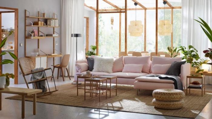 haus einrichten, rosa sofa dekroeirt mit grauen und weißen dekokissen, einrichtung in modernem landhausstil