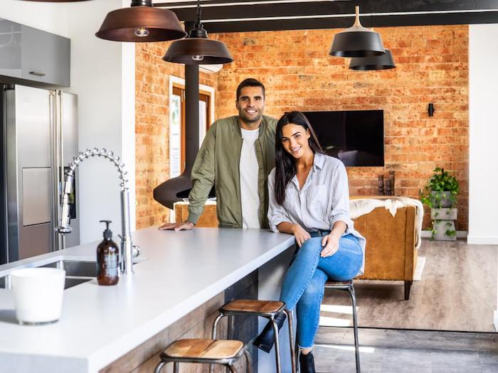 schönes haus, zufriedene familie, mann und frau machen foto in der wohnküche zu hause