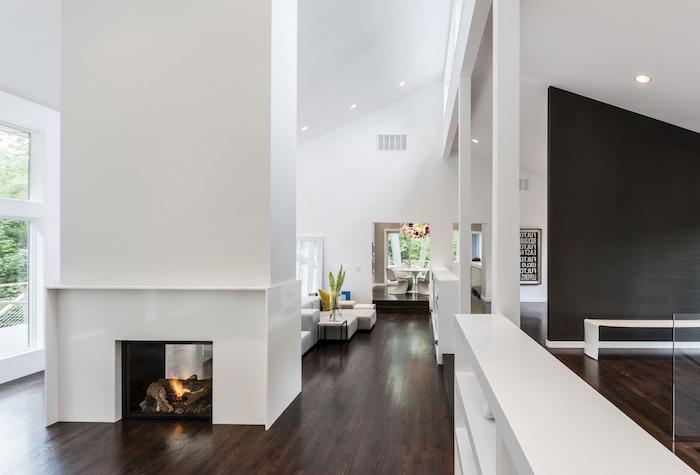 luxus haus, innen und außengestaltung, weißes interieur mit kamin und große fernsehwand