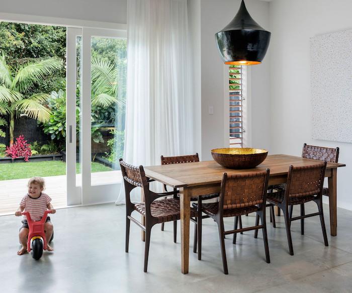für die kleinen luxus haus heißt einen garten zur verfügung haben, kind spielt im garten und zuhause