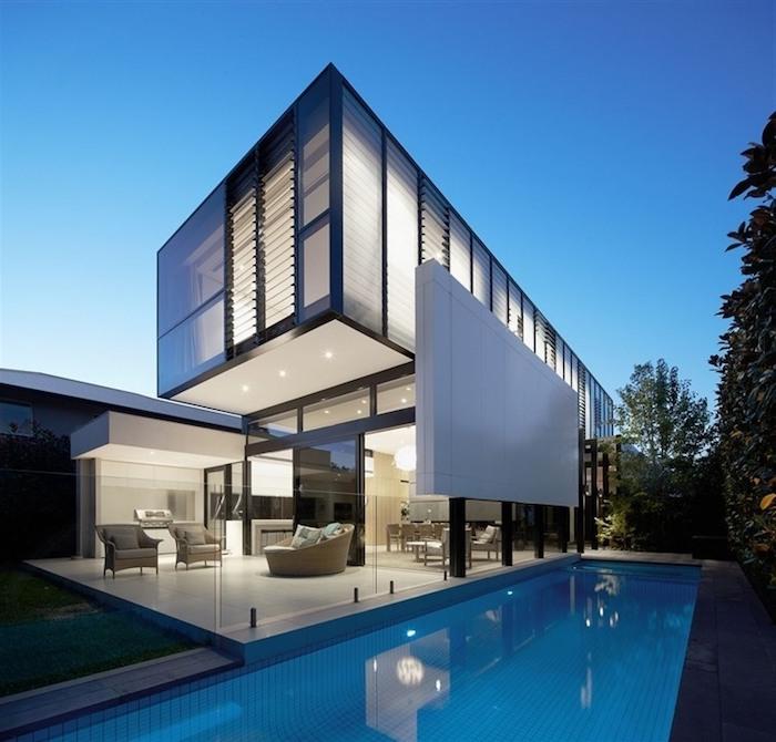 großes weißes luxus haus, pool, hausdesign, zweistöckiges haus, bäume, beleuchtung