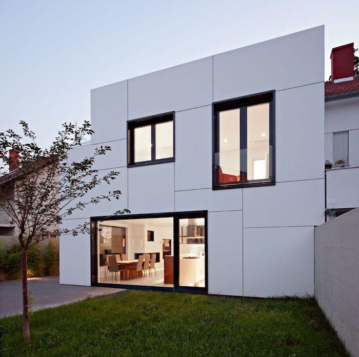 villa bauen, moderne gestaltung in weiß außengestaltung ideen, garten mit gras und baum