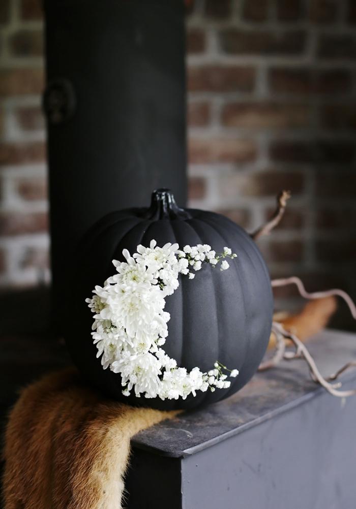 hebstdeko aus kürbis basteln, deko zu halloween, schwarzer kürbis, weiße blümchen