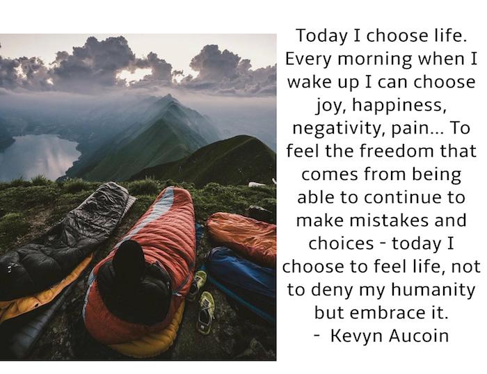 schlafende menschen, see und berge mit grünen bäumen, ein himmel mit grauen wolken, guten morgen bilder fürs handy