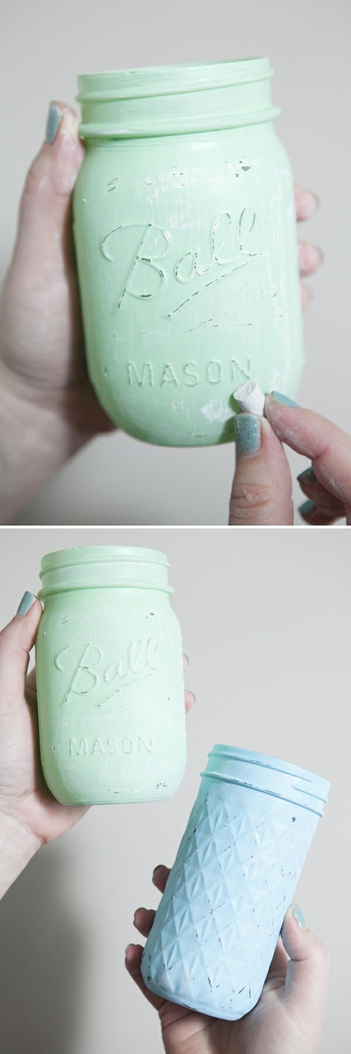 die Vasen dekorieren, ein blaues und ein grünes Weckglas mit Kreide bedeckt, Ideen zur Hochzeit