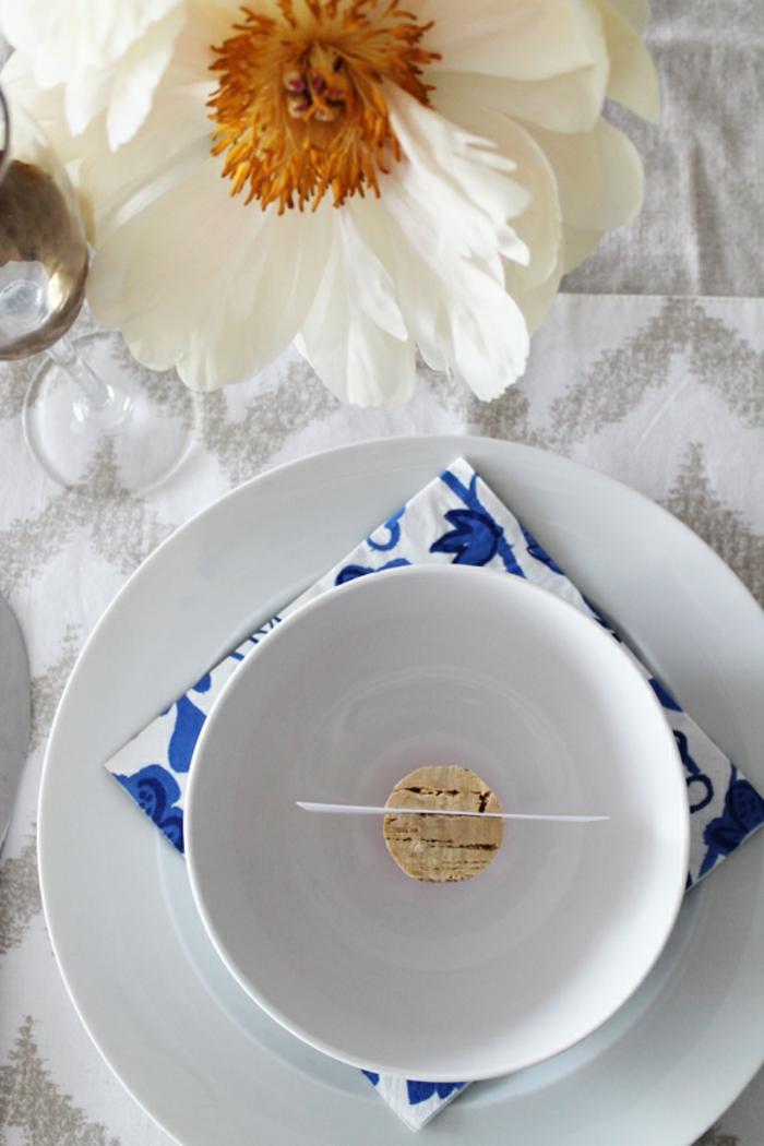 Hochzeitsartikel, eine Korke als Namenschild in einer Schale, eine weiße Blume