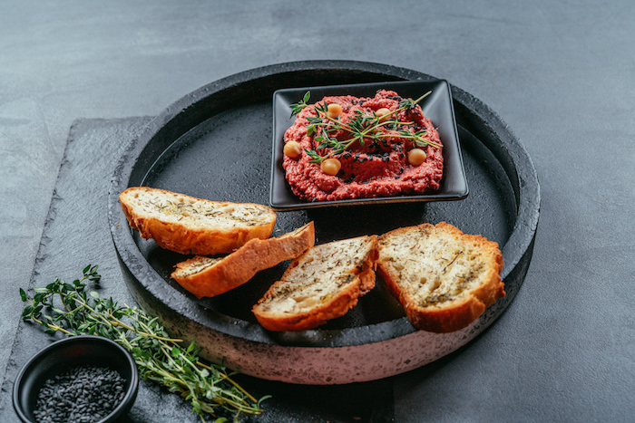 Fingerfood Ideen zum Nachmachen, Mini Brotscheiben und Hummus mit Rote Bete