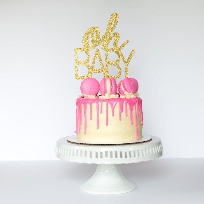 Torte zur Taufe oder Baby Shower, mit Erdbeercreme und französischen Macarons, Glitter Aufschrift Oh Baby