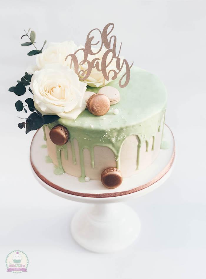 Prachtvolle Torte zur Taufe oder Baby Shower, dekoriert mit echten weißen Rosen und französischen Macarons