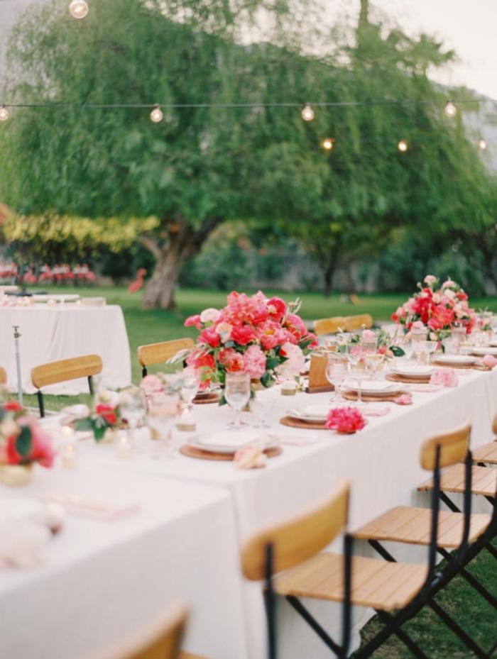 ein gut gedeckter Tisch, rosa Rosen, Hohzeitsdekoration mit DIY Elementen