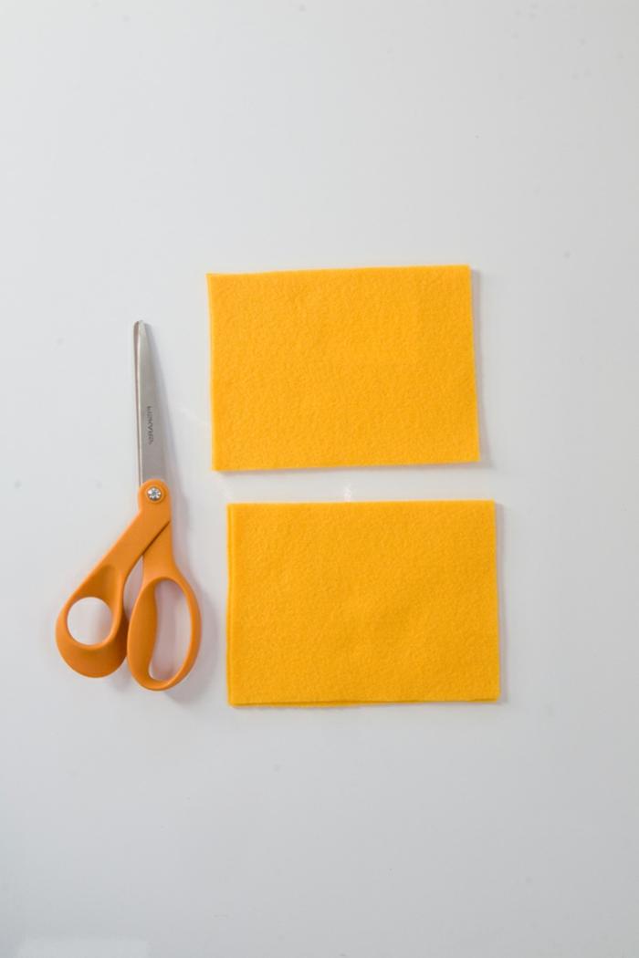 gelbe Stoffstücke, eine gelbe Schere, alles Benötigtes für dieses Bastelprojekt