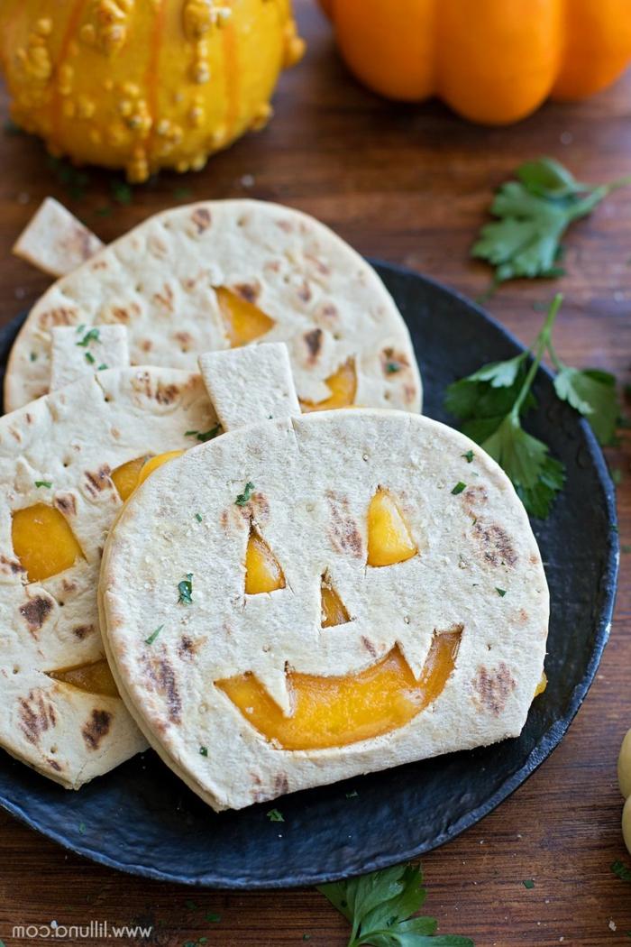 Reiswaffel mit der Form von Kürbissen, voller Apfelmuss, Halloween Menü mit gruseligen Kürbisgesichter