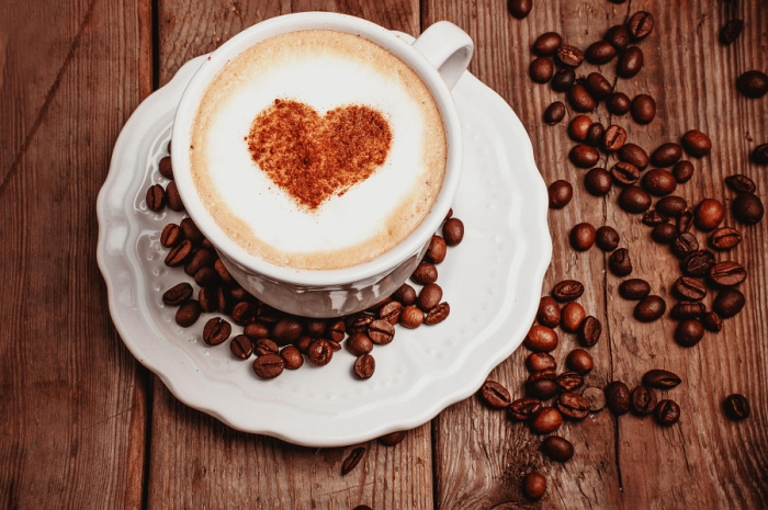 kaffee zubereiten mit kaffeemühle, kaffeebohnen mahlen, herz, erfrischendes getränk
