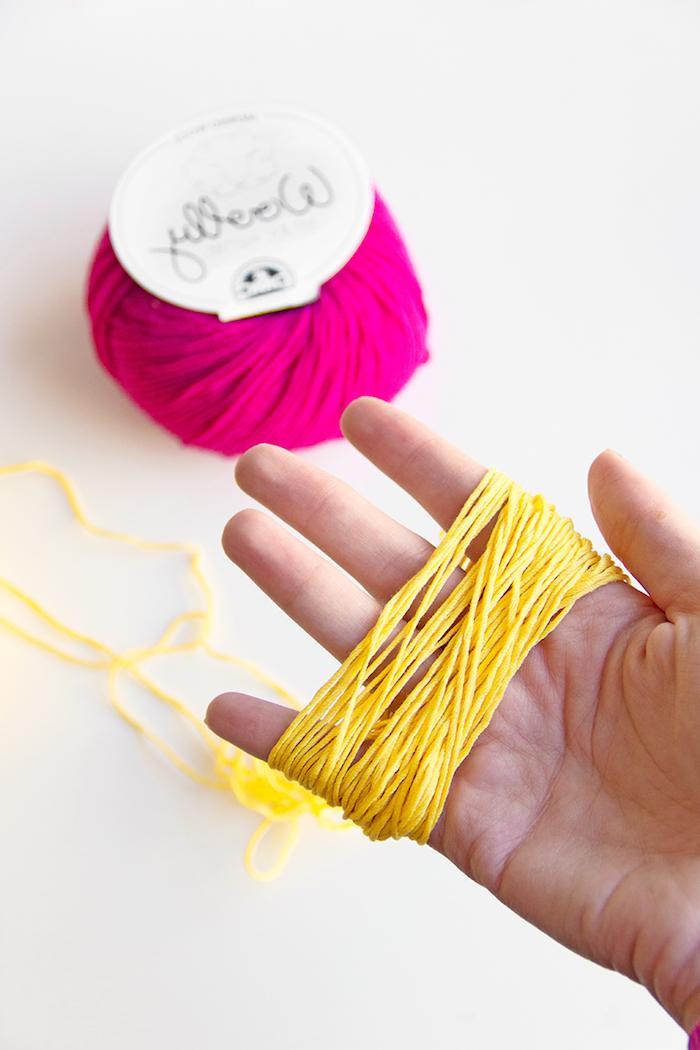 Bunte Pompons selber machen, gelber und violetter Garn, Pompons als Blüten für Kaktus Kostüm