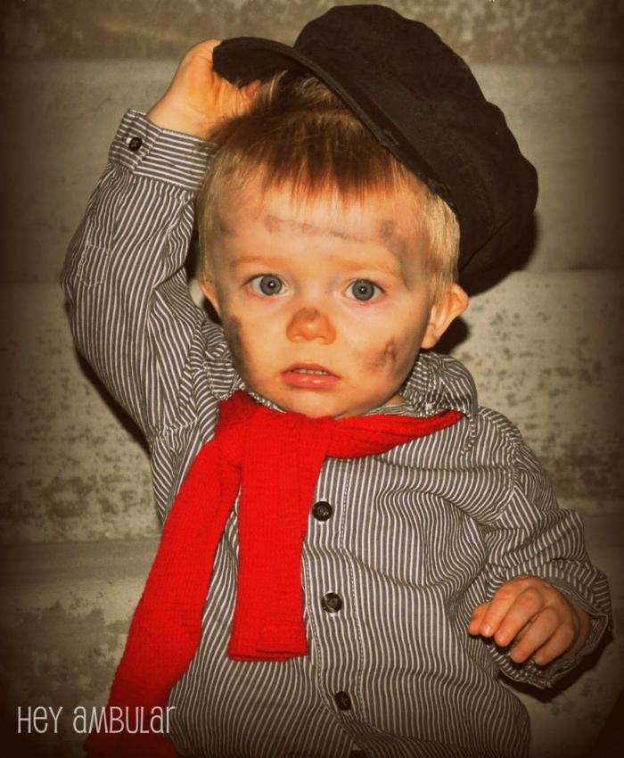 ein kleiner blonder Junge als Strornsteinreiniger aus Merry Poppins, Halloween Make up einfach