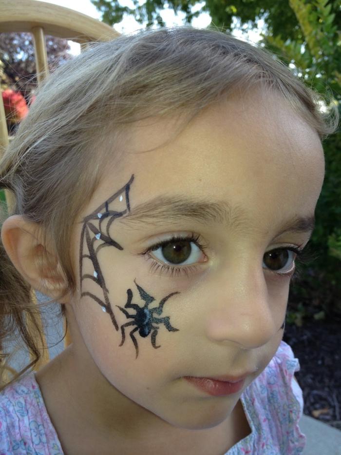 eine Spinnennnetz mit kleine silberne Herze dazwischen, eine schwarze Spinne, Halloween Make up einfach