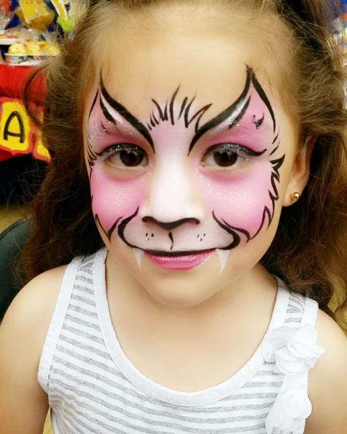 rosa Katzengesicht, mit Glitter und große weiße Zähne, Halloween Make up einfach