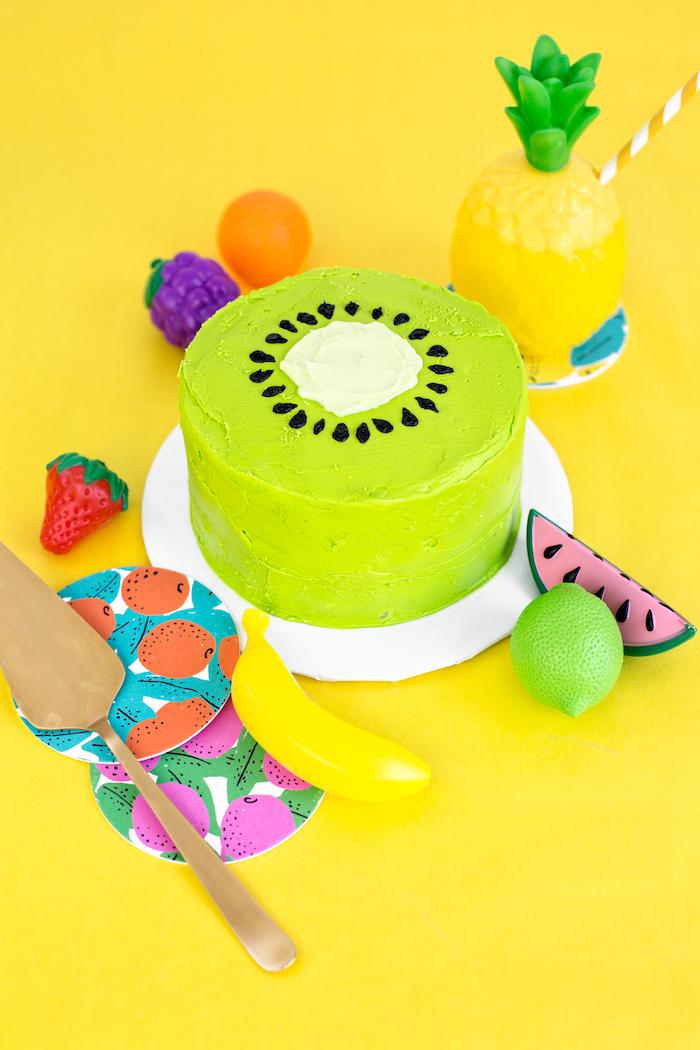 Kiwi Torte selber backen und dekorieren, selbstgebackene Torte zur taufe mit grüner Creme
