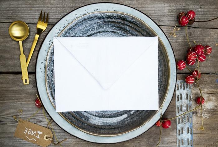 alles Nützliches, um eine Überraschung für Ihre Gäste zuzubereiten, ein Anhänger und Briefumschag